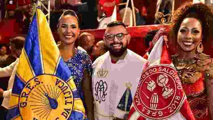 Padre João com porta-bandeiras: ele dá orientação espiritual no Carnaval - Divulgação