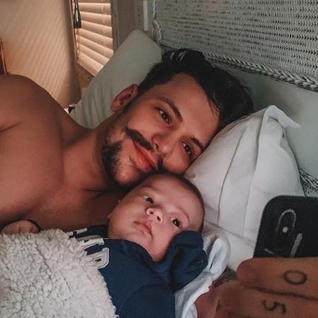 Saulo com o filho, Davi, que ganhou um tênis de luxo - Reprodução/Instagram