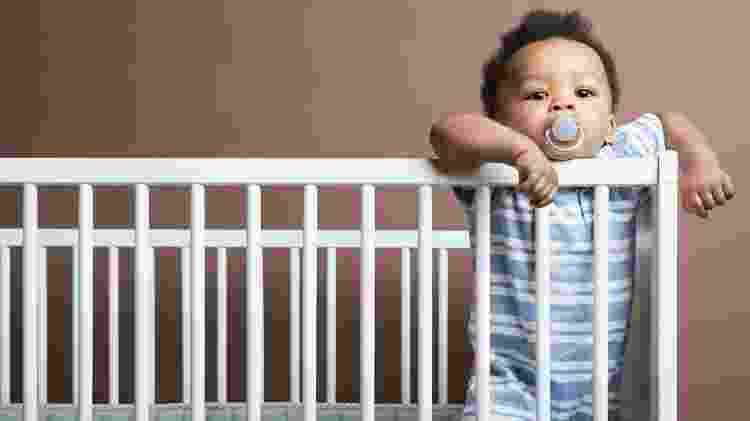 Criança com chupeta, bebê com chupeta - iStock - iStock