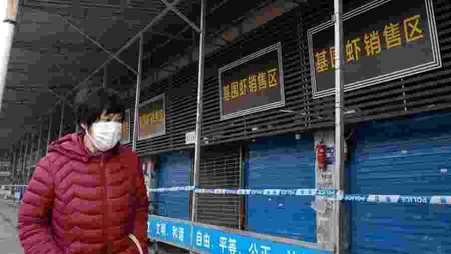 Mercados chineses, onde animais selvagens e caçados muitas vezes de maneira ilegal ficam juntos, foram apontados como terreno fértil para doenças - Getty Images via BBC