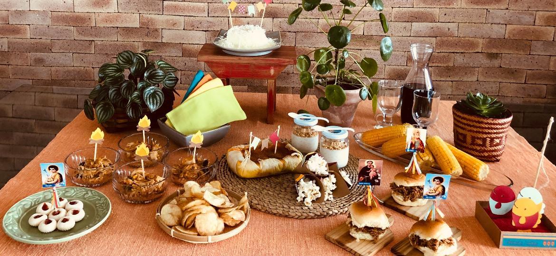 Estela Curioni, da @Caraminholando, sugere a participação das crianças na montagem de uma mesa junina divertida - Divulgação