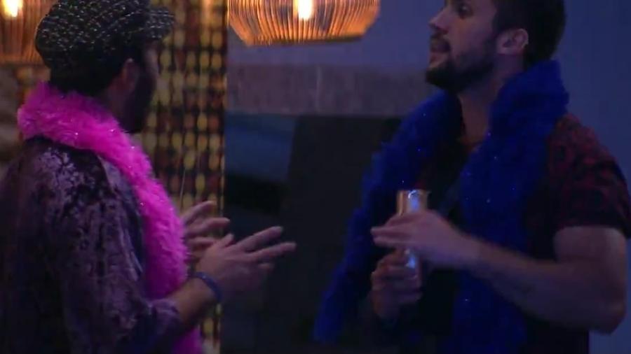 BBB 21: Arthur e Gilberto conversam durante a festa da líder - Reprodução/Globoplay