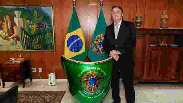 Jair Bolsonaro posa com a cadeira personalizada que ganhou recentemente de Adhemar Cabral - Arquivo pessoal - Arquivo pessoal