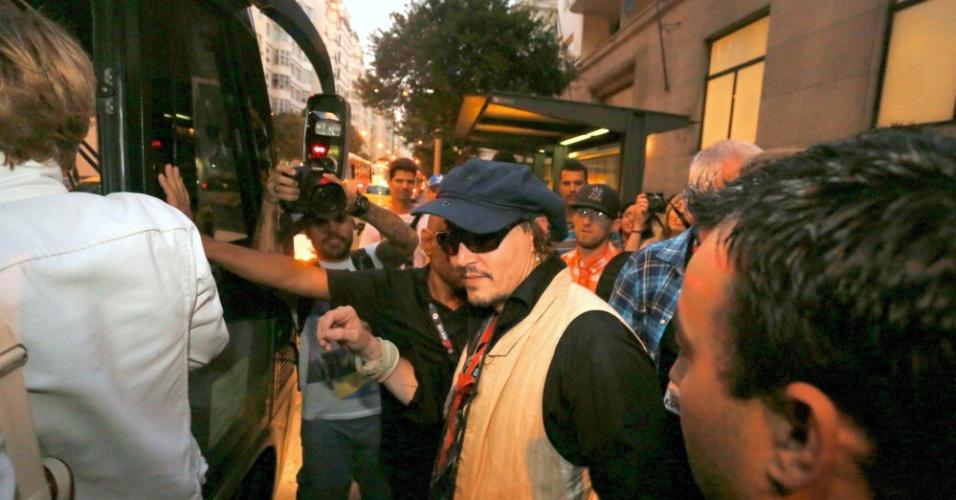24.set.2015- Johnny Depp é cercado por fãs ao deixar hotel na zona do Rio de Janeiro com destino ao Rock in Rio