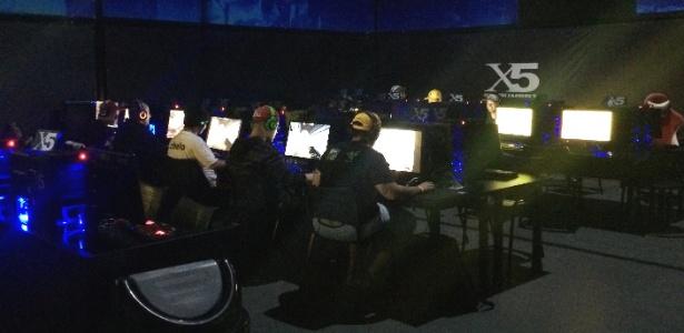 """Jovens de São Paulo jogam """"Counter-Strike"""" a noite inteira - Rodrigo Guerra/UOL"""