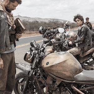 """Cauã Reymond é Ara, uma espécie de Mad Max sobre moto, no filme """"Reza a Lenda"""" - Divulgação"""