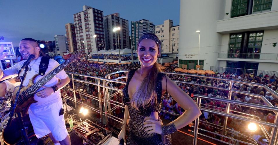 5.fev.2016 - Com decote e vestido transparente, Vina Calmon chamou atenção dos foliões na saída do Cheiro de Amor no circuito Barra-Ondina
