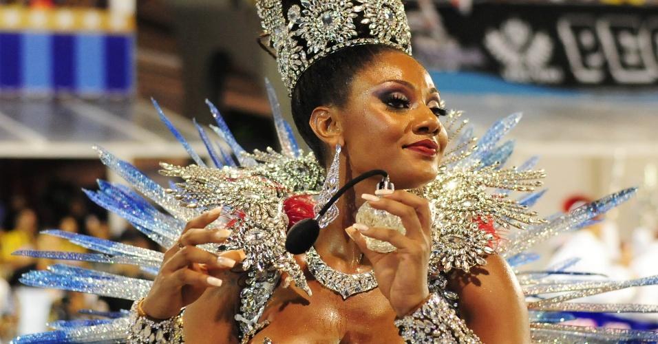 7.fev.2016 - Camila Silva, a rainha de bateria da Vai-Vai, desfila com um frasco de perfume, referência da cultura francesa. Ela também borifou perfume na avenida antes do desfile