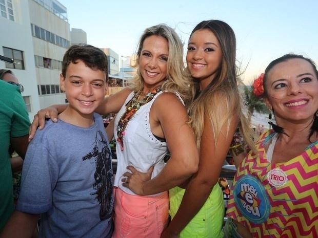 8.fev.2015 - Carla Perez assiste o show do marido Xanddy no trio do Harmonia do Samba com os filhos Camilly Victoria e Victor Alexandre