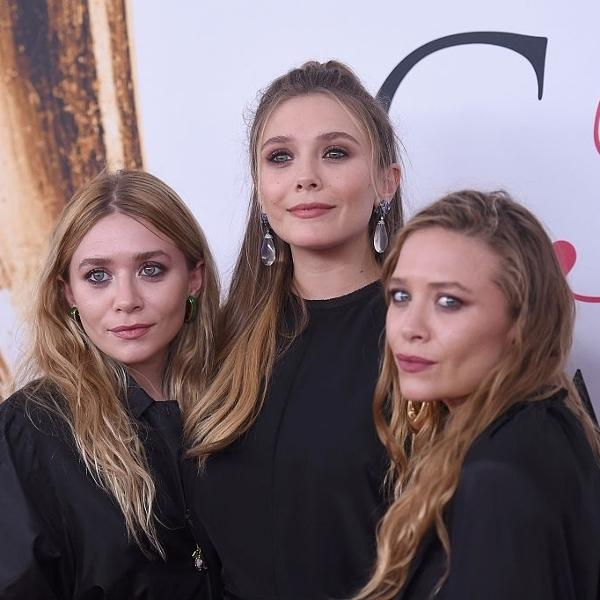 07.jun.2016 - Mary-Kate e Ashley Olsen com a irmã, Elizabeth Olsen (no centro), durante o CFDA Fashion Awards