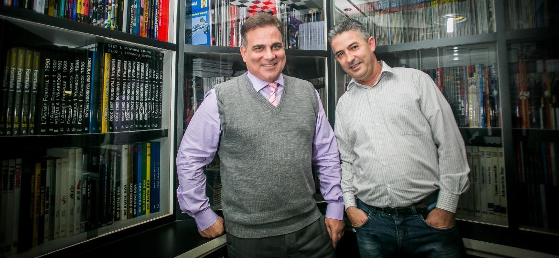 Michel Rost, à esq., com seu faz-tudo, amigo e padrinho de casamento Eduardo Pereira de Souza - Edson Lopes Jr./UOL