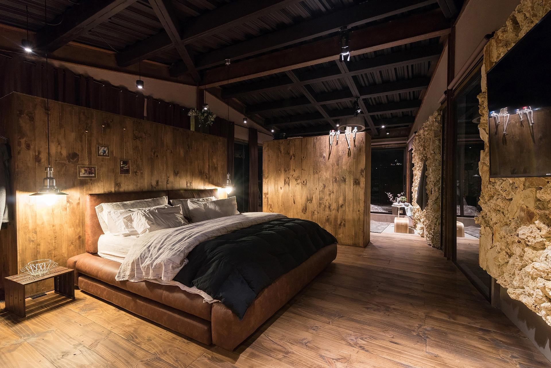 c951e3500c Os dormitórios da casa Gozu dão continuidade ao uso de tons escuros e ares  rústicos dos