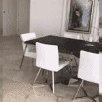 Poltronas brancas na casa de Zilu Camargo, em Miami - Reprodução/ Instagram/ @zilucamargooficial