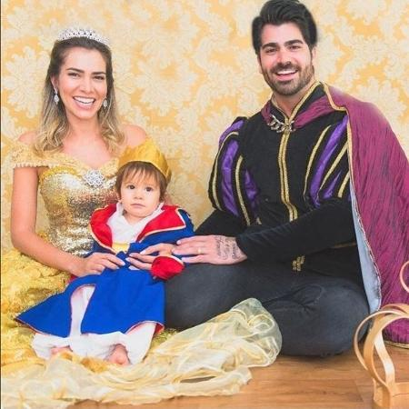 Os ex-BBBs Adriane e Rodrigão com o filho Rodriguinho: festa terá inspiração em reinado - Reprodução / Instagram