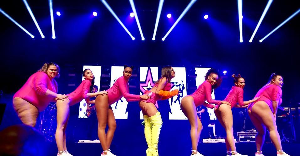 Com suas bailarinas, Anitta faz a coreografia de Bang durante o Show das Poderosinhas, em São Paulo