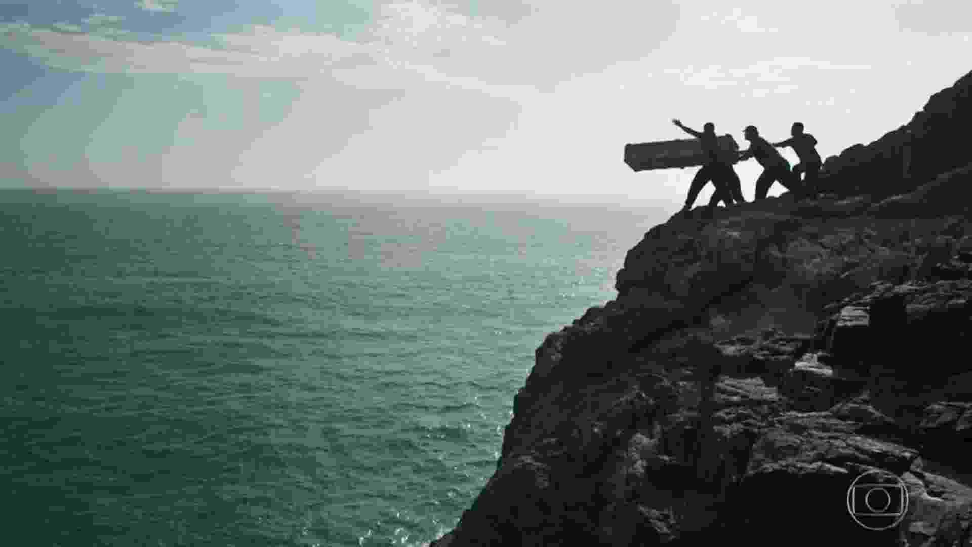 Clara é jogada no mar, é salva por pescadores e escapa da morte - Reprodução/TV Globo