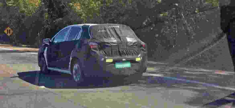 Chevrolet Onix: próxima geração, flagrada em testes no Brasil com camuflagem intermediária, vai oferecer internet a bordo - Marcelo Ferraz/UOL