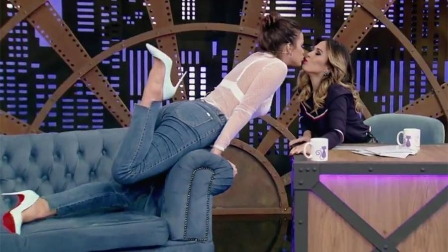 """Bruna Marquezine de um selinho em Tatá no """"Lady Night"""" exibido em abril de 2017 - Reprodução/Multishow"""