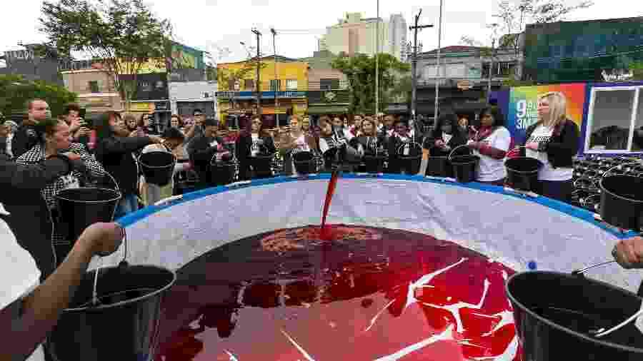 """A performance """"Mil Litros de Preto II - O largo transborda"""" alertou para a chacina de jovens negros, em São Paulo - André Velozo/Divulgação"""