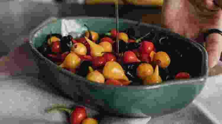 Em ação: preparo de azeites aromatizados com pimentas - Arquivo pessoal