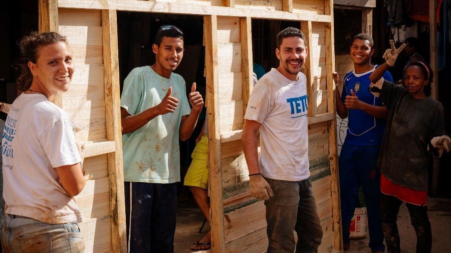 Nina, à esquerda, entrou no projeto após ver atuação em outro país  - Divulgação/TETO Brasil