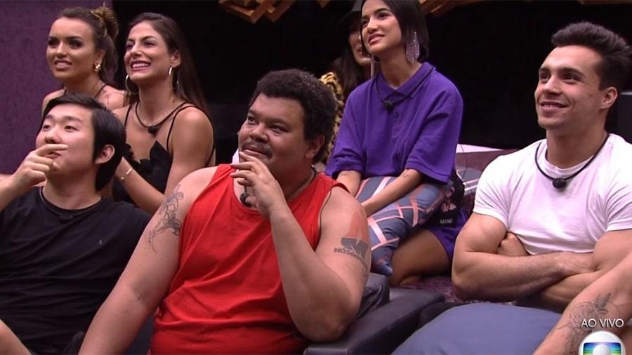 Rafa, Mari, Pyong, Babu, Bianca (escondida), Manu e Petrix, sete dos nove integrantes do grupo Camarote - Reprodução/TV Globo