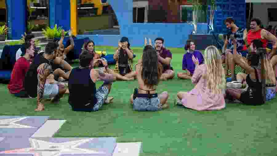 Ggrupos Camarote e Pipoca conversam na área externa da casa - Divulgação/Victor Pollak/TV Globo