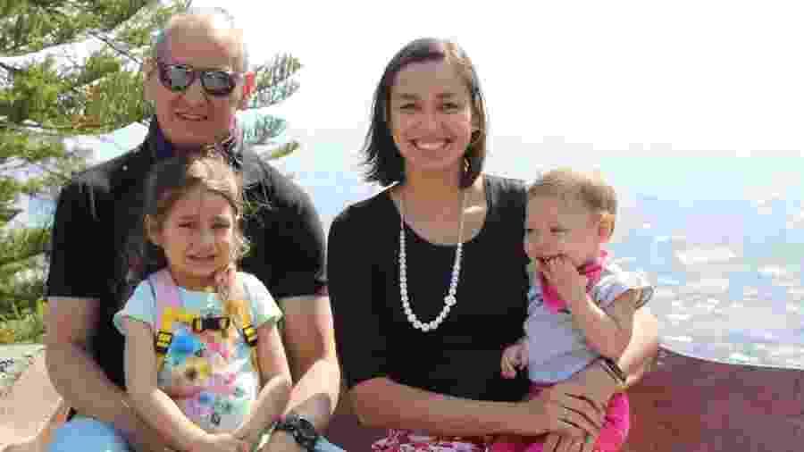 Juliana Souza e o marido Edson: rotina dividida em turnos de cinco horas para cuidar das filhas Luci, 5, e Ana, 2 - Arquivo Pessoal