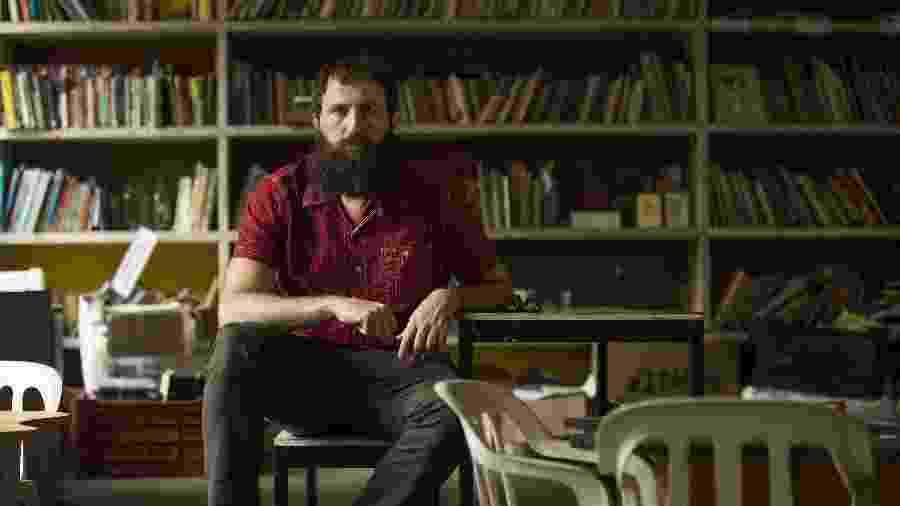04.dez.2019 - Retrato do escritor Julián Fuks em visita à Ocupação 9 de Julho - Marlene Bergamo/Folhapress