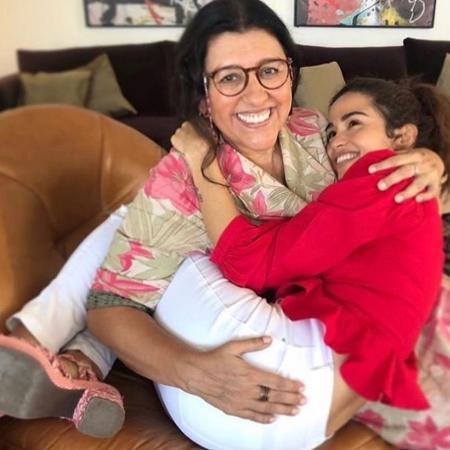 """Regina Casé, Lurdes, e Nanda Costa, Érica, em cena de """"Amor de Mãe"""" - Reprodução / Instagram"""