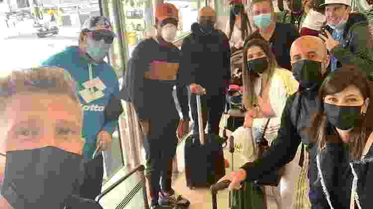 O jogador Alemão e grupo de brasileiros repatriados da Arábia Saudita com a ajuda dos profissionais do futebol - Arquivo pessoal - Arquivo pessoal