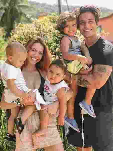 Sarah com o marido Jonathan e os filhos, José, João e Josué - REPRODUÇÃO/INSTAGRAM