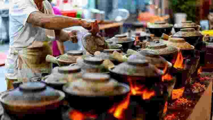 Os vendedores ambulantes de comida, antes onipresentes nas ruas, foram transferidos para centros cobertos com regulamentação de higiene - Getty Images - Getty Images