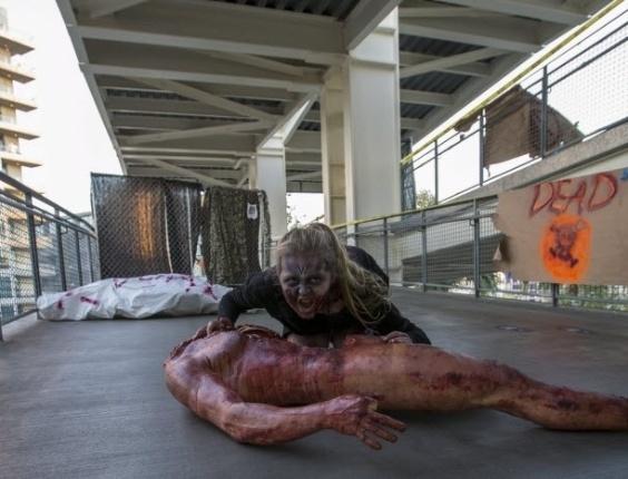 11.jul.2015 - Visitante da Comic-Con participa da Walking Dead Escape, experiência que simula um apocalipse zumbi semelhante ao da série, durante a Comic-Con 2015