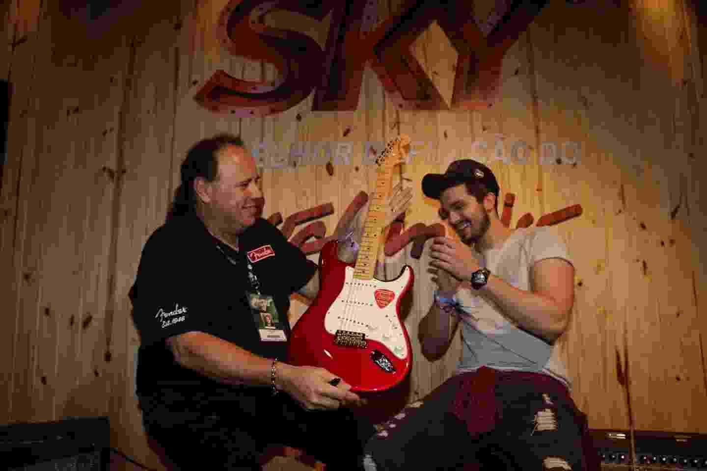 20.set.2015 - Luan Santana recebe a guitarra feira pelo luthier John Cruz que fez uma guitarra para ele - Francisco Silva/AgNews