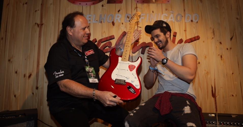 20.set.2015 - Luan Santana recebe a guitarra feira pelo luthier John Cruz que fez uma guitarra para ele