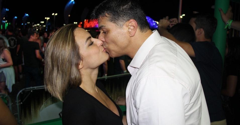 27.set.2015 - Maurício Mattar beija a namorada, Bianca Assumpção, ao som de Katy Perry