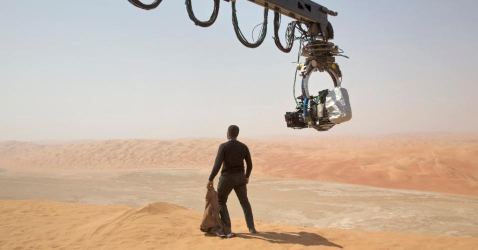 """John Boyega, que interpreta o Finn, nos bastidores de """"Star Wars: Episódio VII - O Despertar da Força"""""""