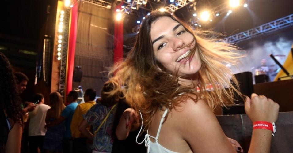 23.jan.2016 - Muitas mulheres bonitas capricharam no visual e fizeram sucesso na chegada para o CarnaUOL no Urban Stage, no bairro de Santana, zona norte de São Paulo