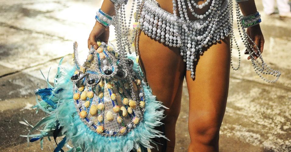 7.fev.2016 - Detalhe de fantasia de musa da Acadêmicos do Tucuruvi após o final do desfile no Anhembi