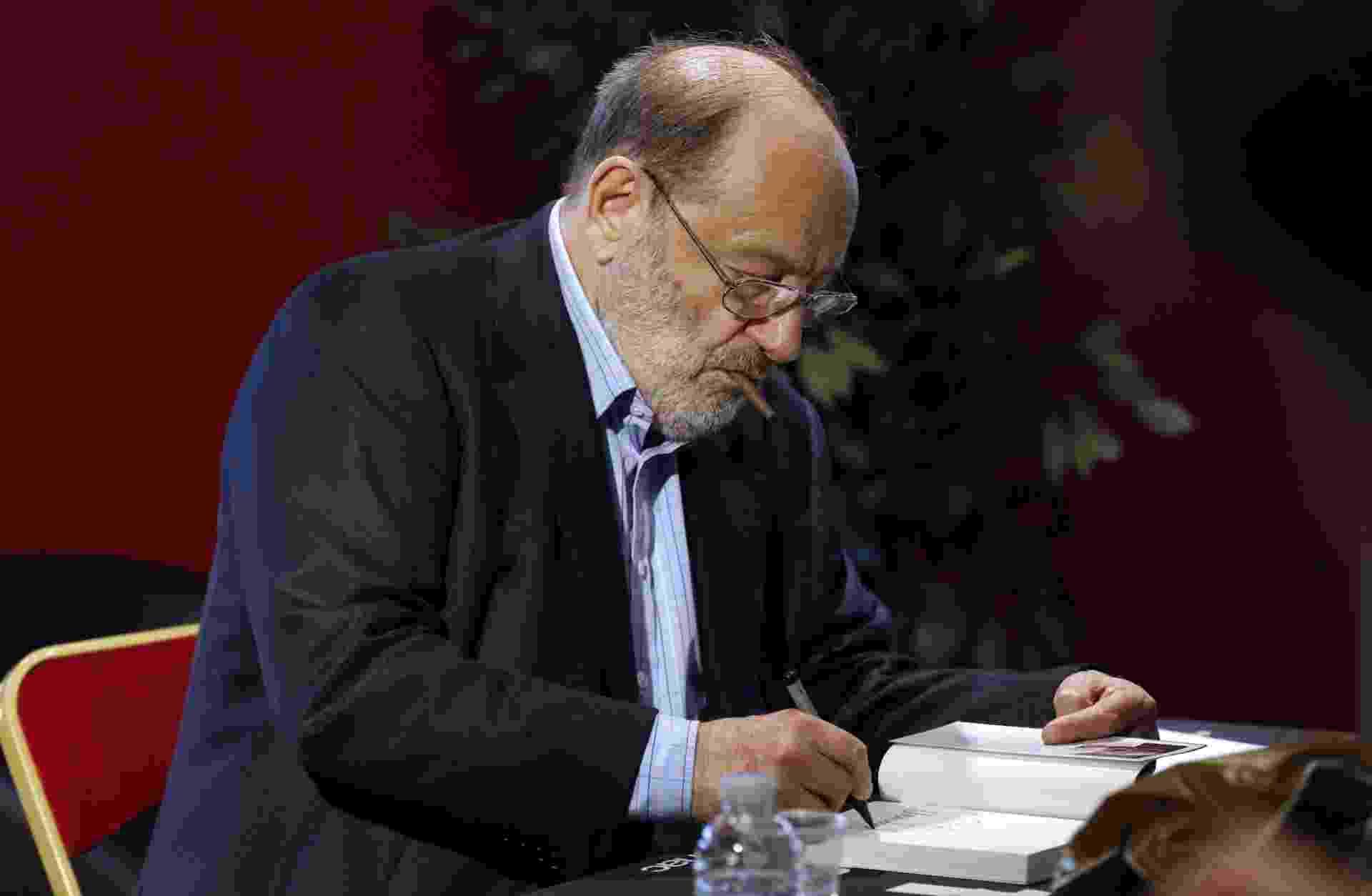 """12.mai.2015 - Umberto Eco autografa """"Numero Zero"""" em Paris - Francois Guillot/AFP"""