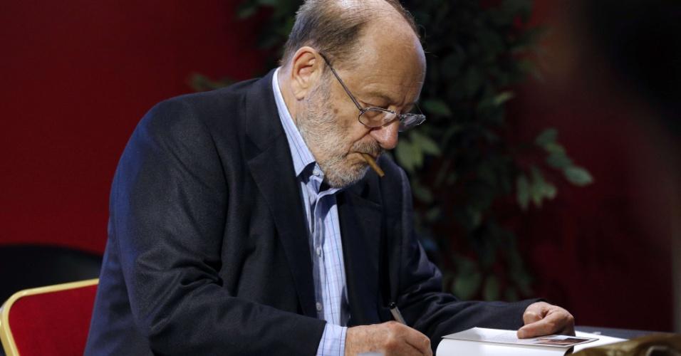 "12.mai.2015 - Umberto Eco autografa ""Numero Zero"" em Paris"