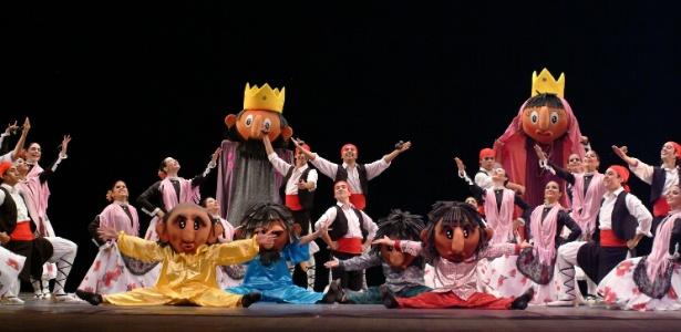 Os integrantes do grupo paraguaio Academia de Danza Elizabeth Vinader - Amir Sfair/Alceu Bett