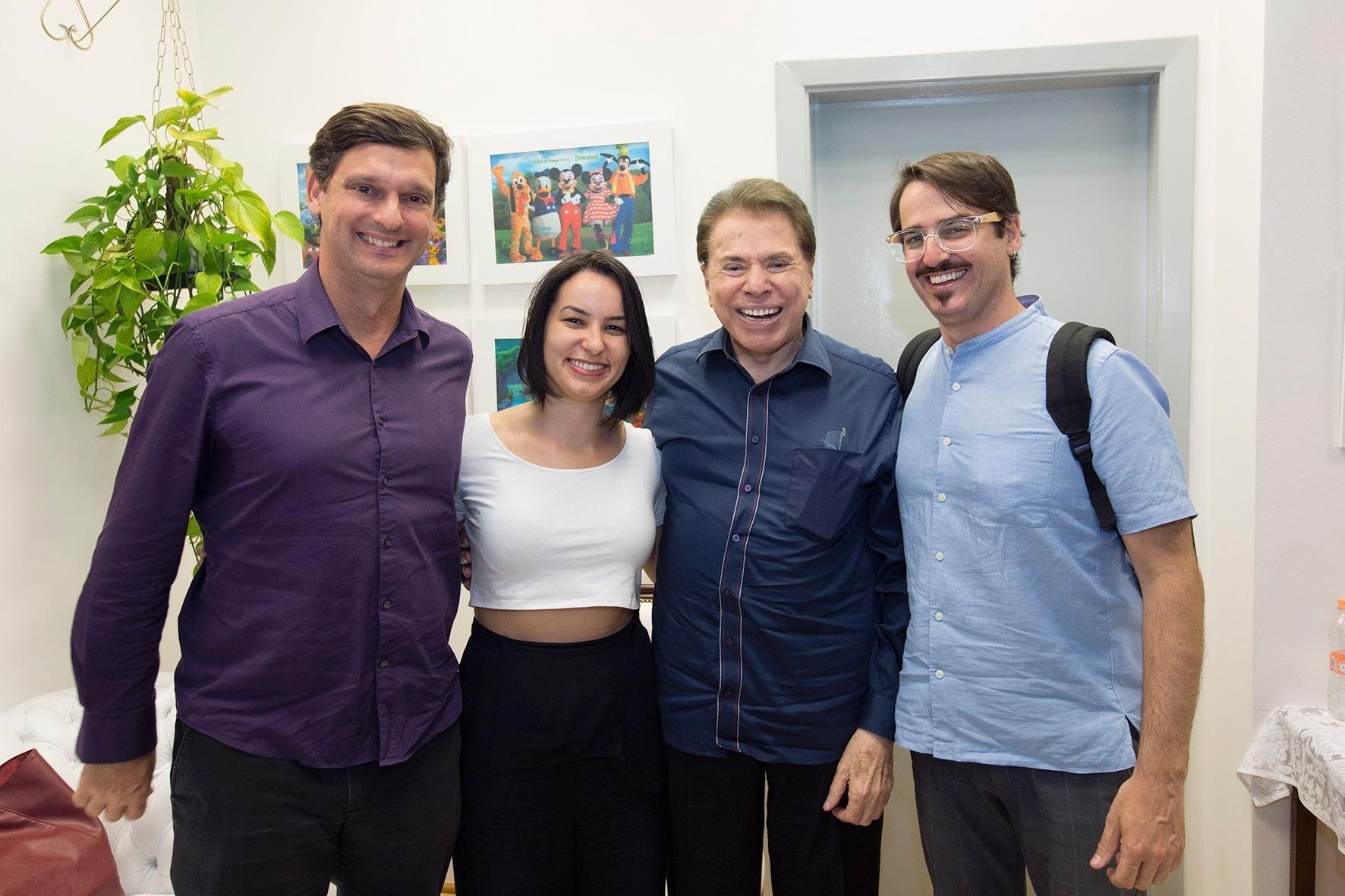 Silvio Santos posa com André Sturm, diretor do MIS (Museu da Imagem e do Som), e os produtores Gabrielle Araújo e Marcelo Jackow