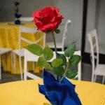 Bastante importante na história, a rosa em sua versão natural surge como decoração na mesa dos convidados - Reprodução/Pinterest
