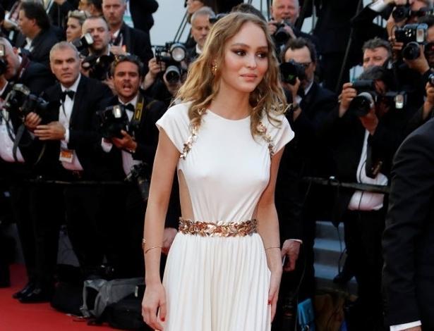 A atriz Lily-Rose Depp, filha do ator Johnny Depp, deixou o vestido de lado e apostou em um macacão branco