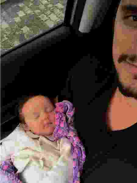 Bruno Gissoni com a filha, Madalena, no colo - Reprodução/Instagram - Reprodução/Instagram