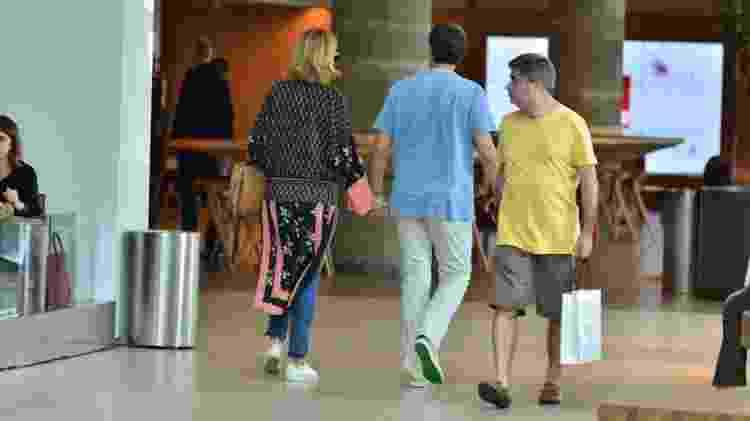 William Bonner e a namorada passeiam de mãos dadas no shopping - WEBERT BELICIO/AgNews - WEBERT BELICIO/AgNews
