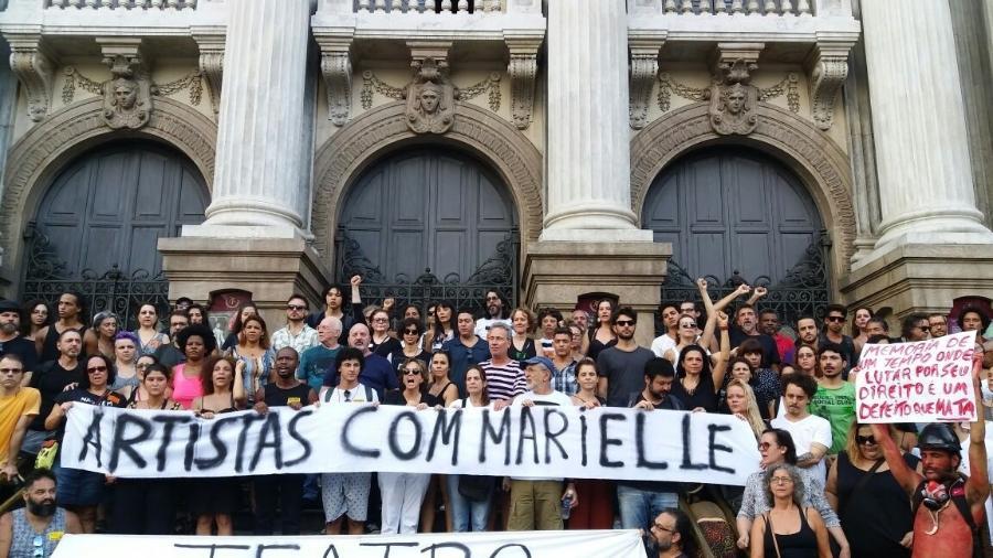 Artistas fazem ato por Marielle na escadaria do Theatro Municipal, no centro do Rio - Ana Cora Lima/UOL