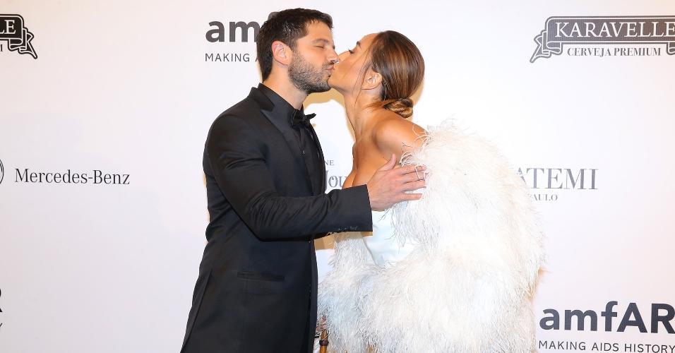 Não faltaram beijos no tapete vermelho. Sabrina deu um beijão no noivo, o ator Duda Nagle